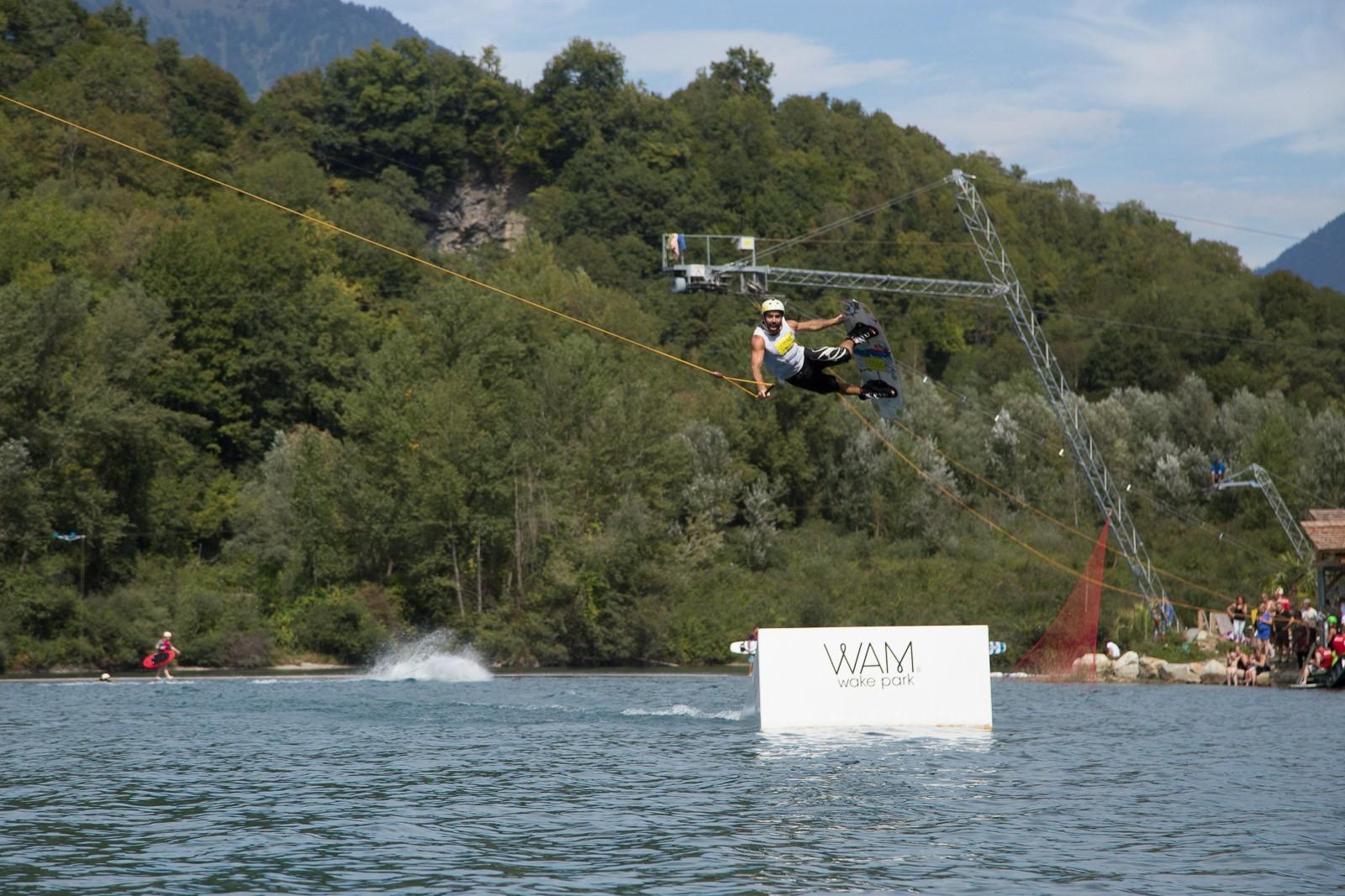 La base de entretenimiento WAM PARK | wakeboard , esquí acuático , panel angular , wakeski wakeskate . Deporte acuático en Francia , cerca de Annecy , Albertville , Chambery , Grenoble y Lyon