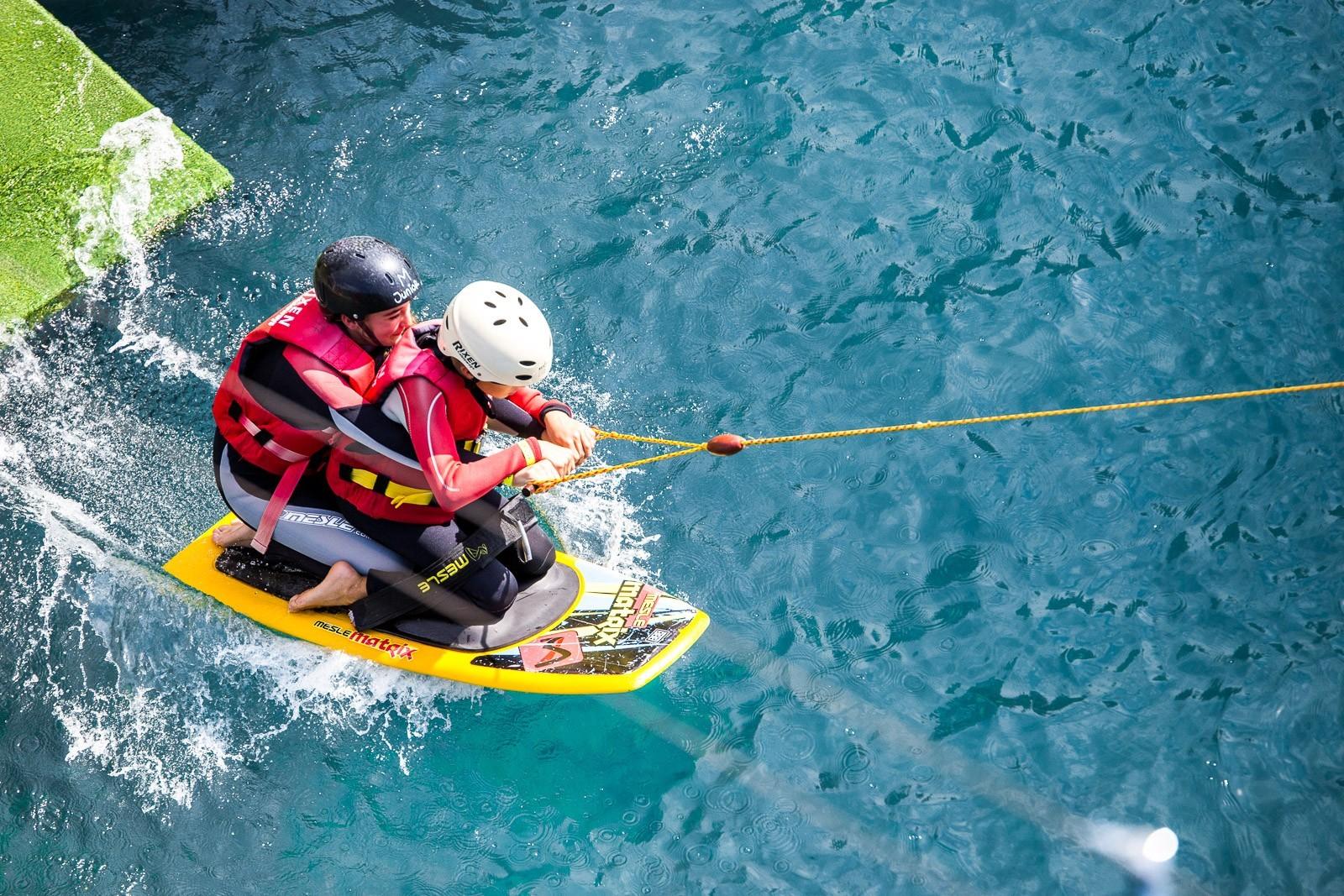 Le kneeboard (en français, planche à genoux) est un sport nautique qui consiste à glisser sur l'eau en position à genoux sur une planche.