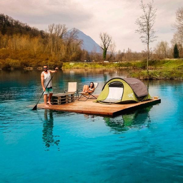 nuit de camping sur les eaux turquoises de la base de loisirs